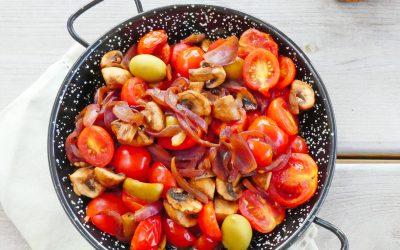 Poêlée légère de légumes aux tomates cerise , champignons, oignons rouges et olives