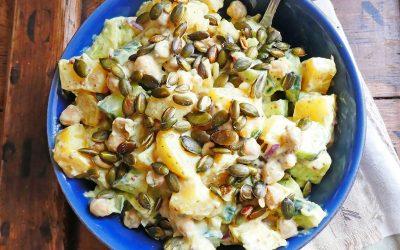 Salade de pommes de terre, pois chiche et de concombre. Sauce légère aux yaourts de soja.