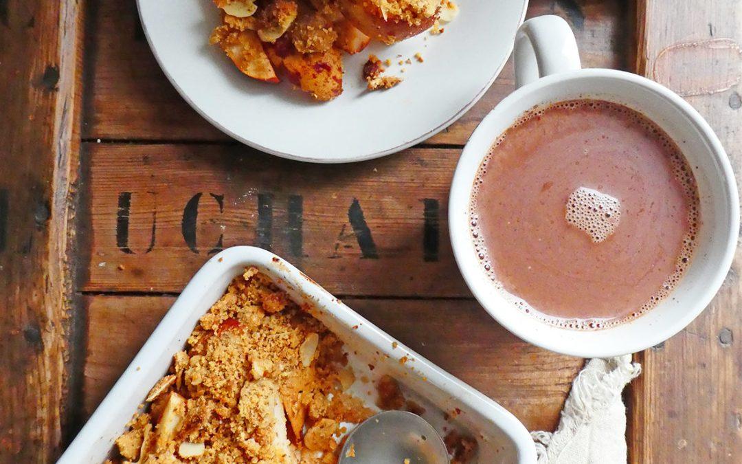 Crumble de poires et chocolat chaud au lait d'amandes ( sans gluten, sans céréales, vegan, allégé en sucre )