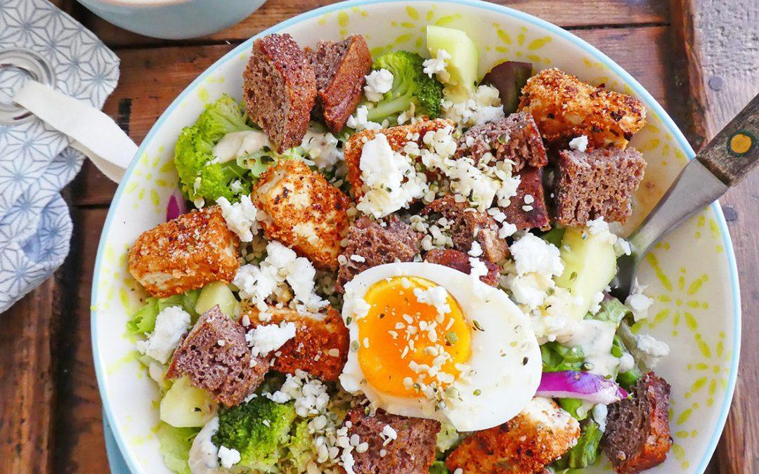 Salade complète au tofu pané maison, sauce légère aux noix de cajou ( Vegan, ou pas )