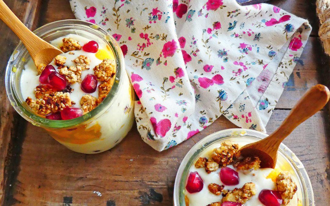 Granité d'orange à l'agave, croustillants au sésame, servis sur du yaourt végétal vanillé ( Vegan, sans céréales, sans gluten ).