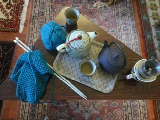 Teatime et tricot à la maison