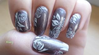 Nail Art Roses Blanches et Diamants Noirs