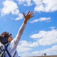 女性 青空 大空 自由 解放