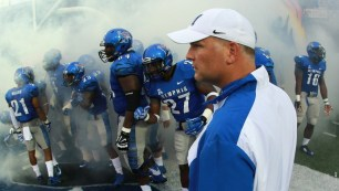 Memphis Head Coach Justin Fuente with his team prior to heading out on to the field. (Photo by Joe Murphy)