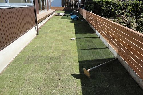 庭の芝敷き