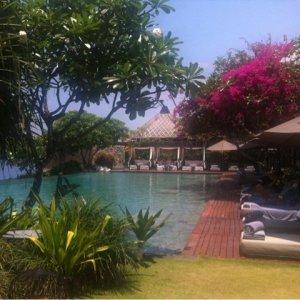ブルガリホテルinバリ島のプールサイドでリラックス