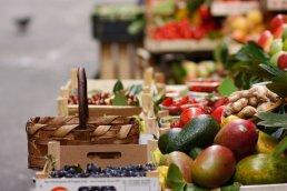 Obst- und Gemusehandler in den Gassen Roms