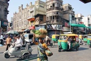 Belebte Kreuzung in Ahmedabad