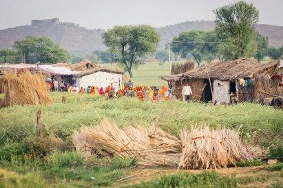 Gruppe von Frauen in einer Siedlung auf dem Weg von Barathpur nach Jaipur