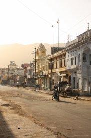 Hauptstra?e fruh am morgen in Pushkar