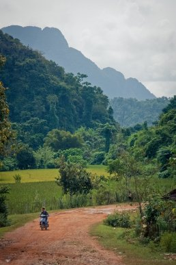 Durch Reisfelder und Berge