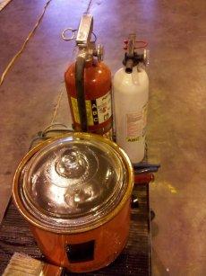 Leinöl mit Terpentinersatz wird erhitzt. Achtung, Feuergefahr!
