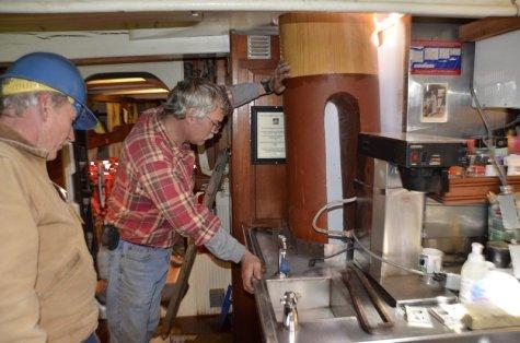 ...vorsichtig an der Kaffeemaschine in der Pantry vorbei.