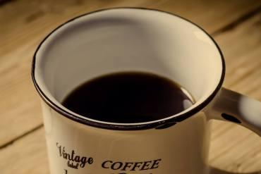 tasse kaffee auf dem boot