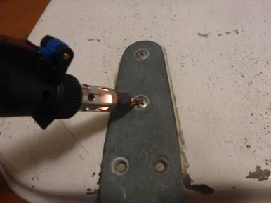 Auch die eingeklebend Schrauben der Scharniere werden zunächst erhitzt...