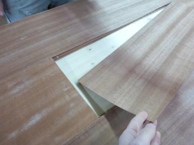 Hier schauen wir, ob die Maserung des Deckels zur Tischplatte passt.
