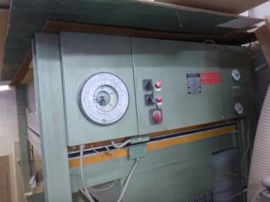 Die Furnierpresse sorgt für Druck und Wärme von beiden Seiten der Platten...