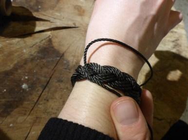 Es kann nötig sein, das Garn noch 1-2 Mal durch zu ziehen um das Band enger zu machen.