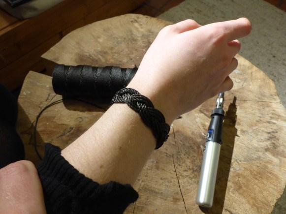 Nun wird das Armband umgeschlagen, sodass die Verschmolzenen Enden...