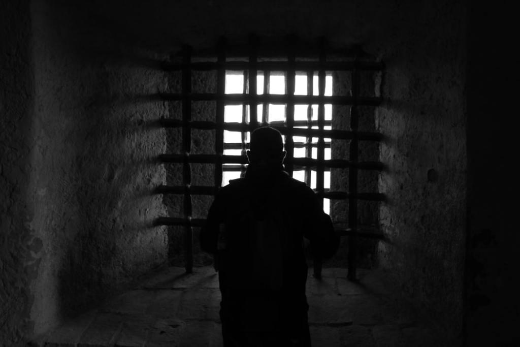 Edmond hinter Gittern