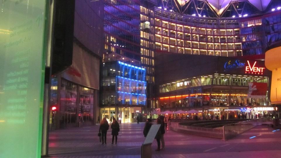 Sony Center á Potzdamer Platz þar sem hjarta Berlínarhátíðarinnar slær.