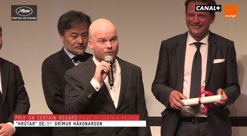 Grímur Hákonarson þakkar fyrir sig og sína eftir afhendingu Un Certain Regard verðlaunanna í Cannes 23. maí 2015.