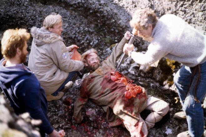 """Frá tökum á """"Jóru í Jórukleif"""", leiknu innslagi í þættinum Þjóðlíf 1981 (?): Gunnlaugur Jónasson, Baldvin Björnsson og Pétur smiður spretta upp fórnarlambi Jóru tröllskessu."""