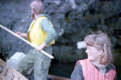 Tökur á þættinum Þjóðlífi 1981: Sigrún Stefánsdóttir umsjónarmaður, líklega Valdimar Leifsson upptökustjóri í bakgrunni.