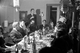 Samkvæmi heima hjá Otto Jonasen, helsta leiðbeinanda Íslendinganna. DR 1966.