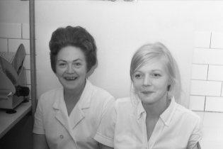 1966-68: Matstofumeyjarnar, Bergþóra Sigmarsdóttir til vinstri. Nafn þeirrar til hægri er ekki vitað.