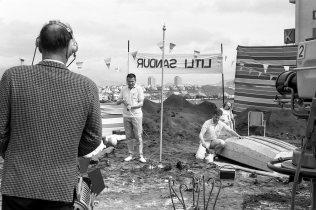 """Magnús Ingimarsson fyrir miðju. Frá tökum á """"Litla sandi"""", músikprógrammi með suðrænum blæ á þaki austurálmu Sjónvarpsins að Laugavegi 176. 1966."""