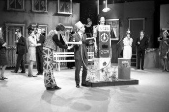 Fyrsta áramótaskaupið - 1966. Steindór Hjörleifsson - Jón Júlíusson í dælunni