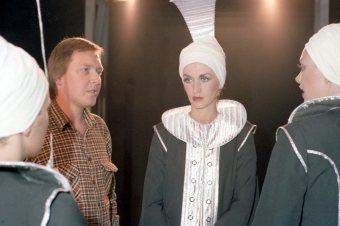 Frá tökum á Silfurtunglinu 1976. Björn G. Björnsson leikmyndahönnuður og Helga Möller sem fór með hlutverk í verkinu.