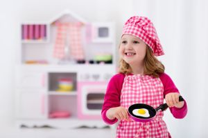 Dit leren kinderen van het spelen met een speelgoedkeukentje