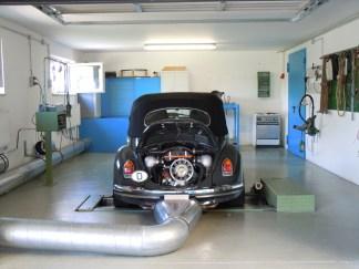 1302 auf dem Leistungsprüfstand mit geöffneter Motorraumklappe und Blick auf den 2,4l Typ 4 Motor