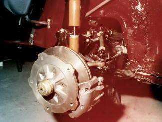 KLAUS-Scheibenbremse am Brezelkäfer (etwa 1993, man beachten die Röhrchen Kotflügel)