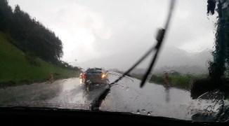 Heftiger Regen am kartitschen Sattel. Durch den Regen gingen an verschiedenen Stellen Geröll- und Schlammmuren ab.