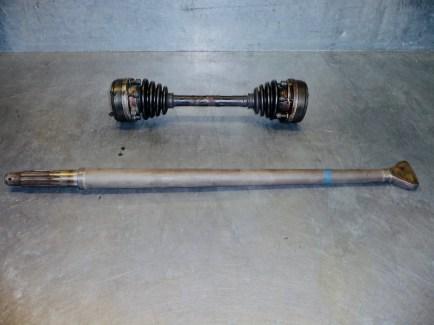 Antriebswelle Schräglenkergetriebe (oben) und Antriebswelle Pendelachsgetriebe (unten)