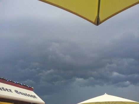 ...bis auf die Wolken die schwer über uns hingen...