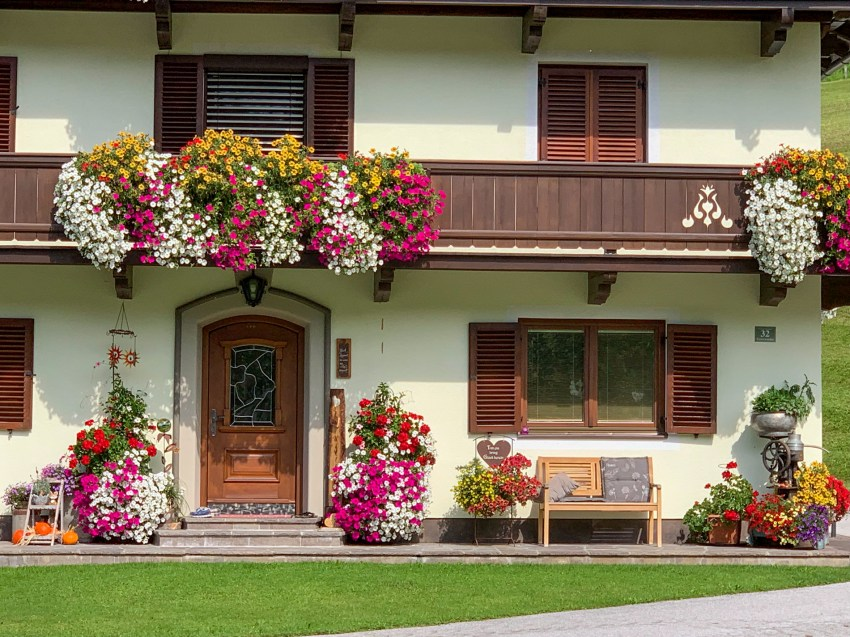 Elaborate flower decoration on a multi-story home on the way to Kitzbühel