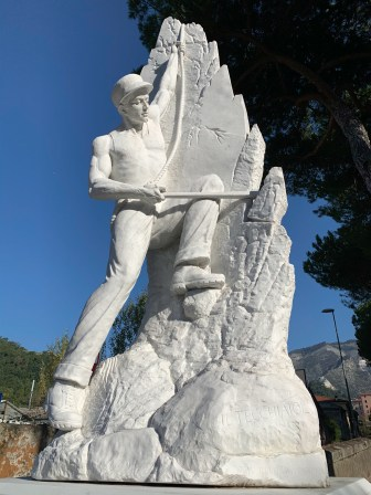 Depiction of a tecchiaiolo (worker) created from white Carrara marble.