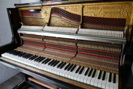 auseinander gebautes Klavier