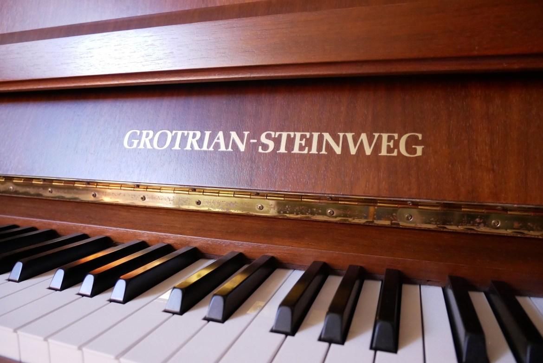 Grotrian Steinweg Klavier 112 Messing Logo nahaufnahme