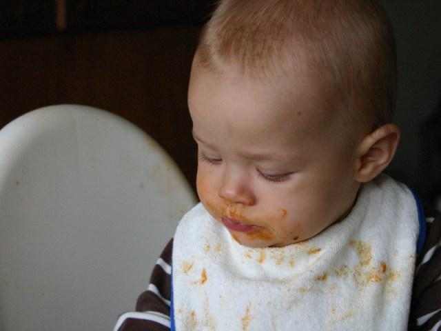 Smilla äter och fyller varje por i ansiktet med pasta