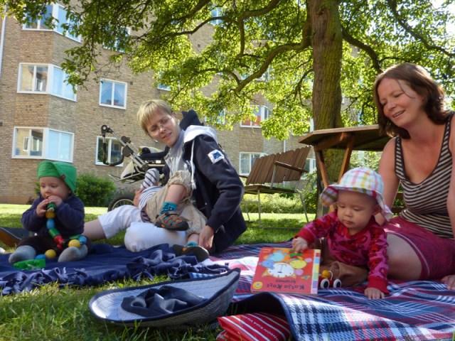 Familjen Borg bjuder på sommarfika på gården