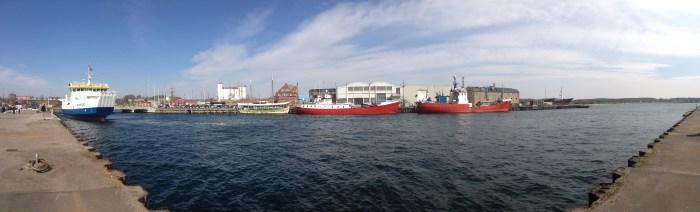 Na de brug kwam de boot. Op vakantie in Denemarken kom je nooit ver, zonder een brug of boot te willen gebruiken.