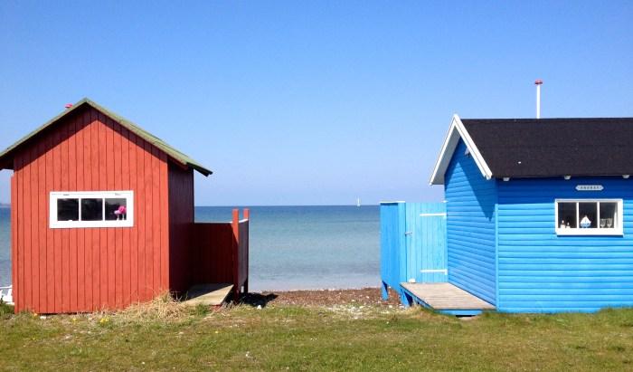 Dit soort huisjes dus. Let vooral op de vlaggenstok. Geen huisje, of het nou een strandhuisje of gewoon huis is, zonder vlaggenstok. Een huis zonder Dannebrog is als een huis zonder voordeur.