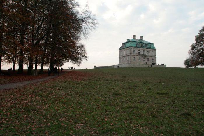 Bovenop de heuvel ligt een klein kasteeltje