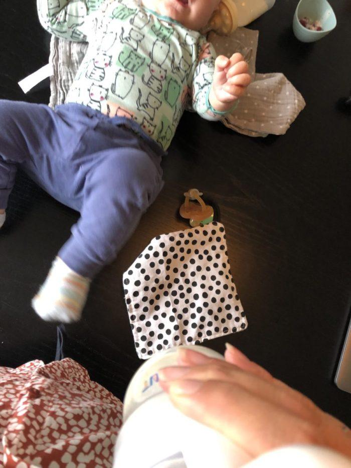 kolven en met baby spelen